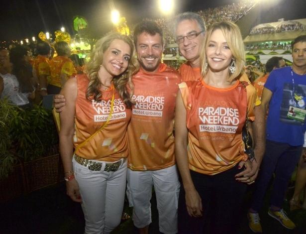 4.mar.2014 - Luigi Baricelli e a mulher posam para foto com Bianca Rinaldi e o marido dela, em camarote do Rio de Janeiro