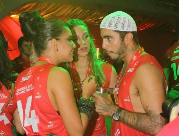 4.mar.2014 - Mariana Rios conversa com Luana Piovani e Pedro Scooby em camarote do Rio de Janeiro