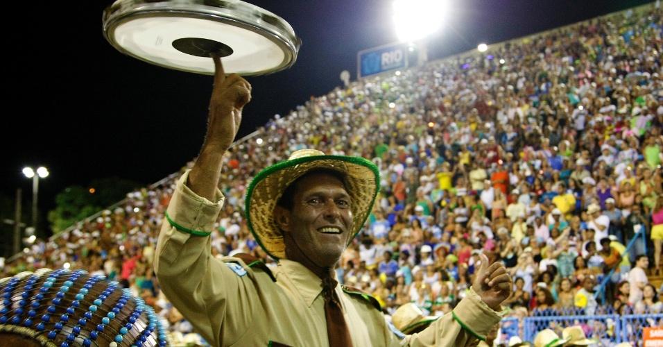 4.mar.2014 - Membros da bateria da Vila Isabel, colocam o samba