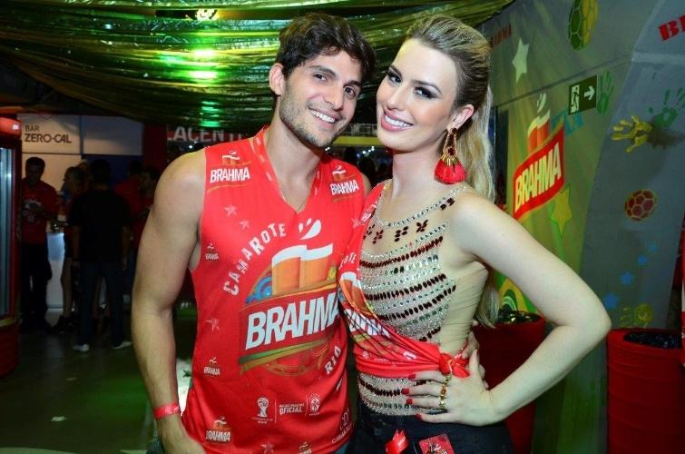 4.mar.2014 - Os ex-BBB Fernanda e André prestigiam camarote no Rio de Janeiro