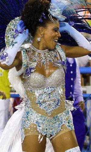 4.mar.2014 - Passista da Portela canta feliz o enredo que conta a história do Rio de Janeiro