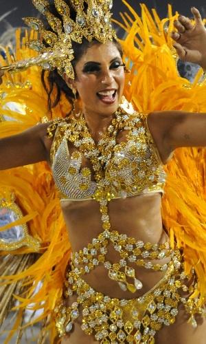 4.mar.2014 - Passista da Portela canta feliz o samba-enredo da escola que conta a história do Rio de Janeiro