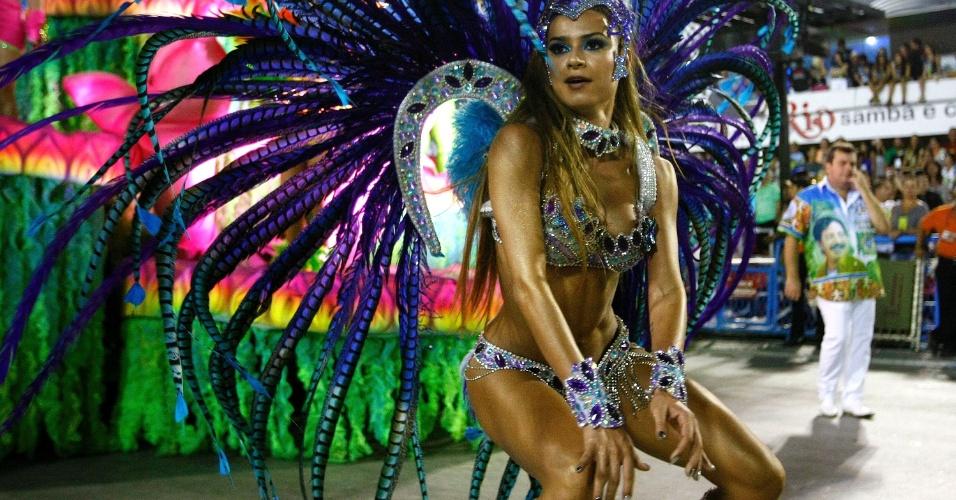 4.mar.2014 - Thaila Ayala dança com fervor na Sapucaí. O samba-enredo da Vila Isabel conta os contrastes do sertão do nordeste