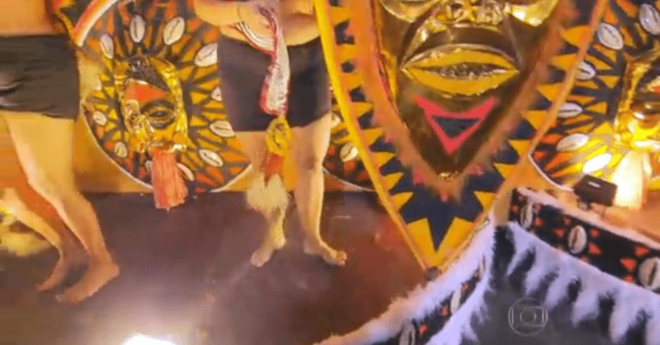 4.mar.2014 - Vila Isabel chega na Sapucaí com peças de fantasia faltando para algumas alas