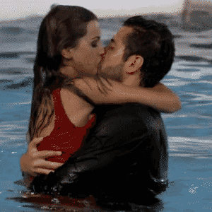 04.mar.2014 - O casal Angela e Marcelo se beijam dentro da piscina em comemoração ao retorno da sister do paredão - Reprodução/GShow