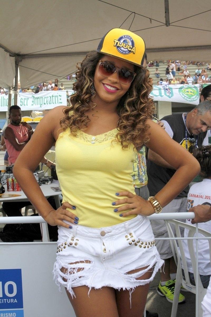 05.mar.2014 - A atriz e rainha de bateria da Unidos da Tijuca, Juliana Alves, acompanha a apuração das notas no Rio de Janeiro