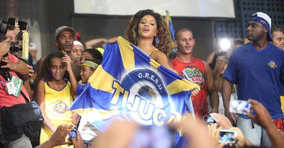 05.mar.2014 - A atriz e rainha de bateria da Unidos da Tijuca, Juliana Alves, foi comemorar o título de campeã do Carnaval 2014 na quadra da escola.