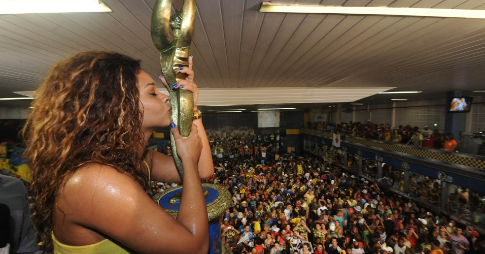 """05.mar.2014 - A atriz e rainha de bateria da Unidos da Tijuca, Juliana Alves, foi comemorar o título de campeã do Carnaval 2014 na quadra da escola. """"Estou aqui de coração. Aqui não é lugar de brincadeira. Eu me sinto vitoriosa. Eu não sou rainha, eu sou tijucana. Tijucana de pé quente"""", disse ela, ao UOL, emocionada."""