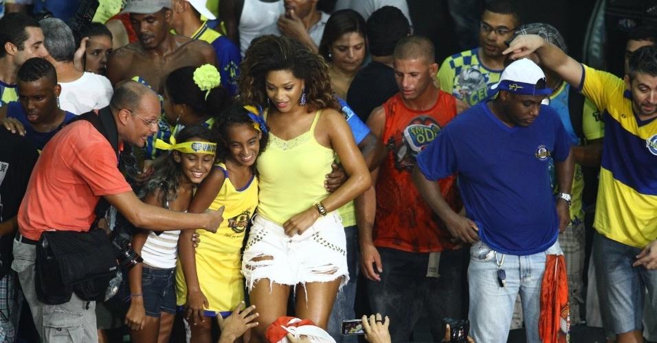 05.mar.2014 - A atriz e rainha de bateria da Unidos da Tijuca, Juliana Alves, foi comemorar o título na quadra da escola