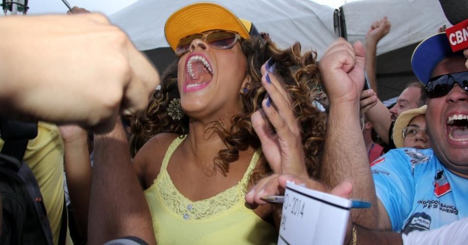 05.mar.2014 - A atriz e rainha de bateria da Unidos da Tijuca, Juliana Alves, vibra com a vitória da escola.