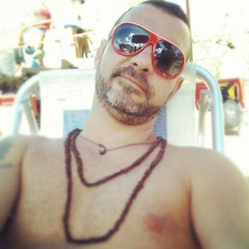 """05.mar.2014 - Após curtir o Carnaval, Vagner publica foto na praia e escreve: """"Bebendo, tomando um sol e só observando o movimento...."""""""