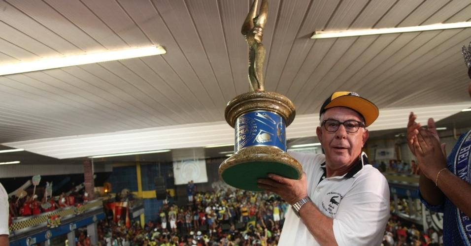 05.mar.2014 - O presidente Fernando Horta chega à quadra da Unidos da Tijuca com o troféu de campeã do Carnaval do Rio de Janeiro