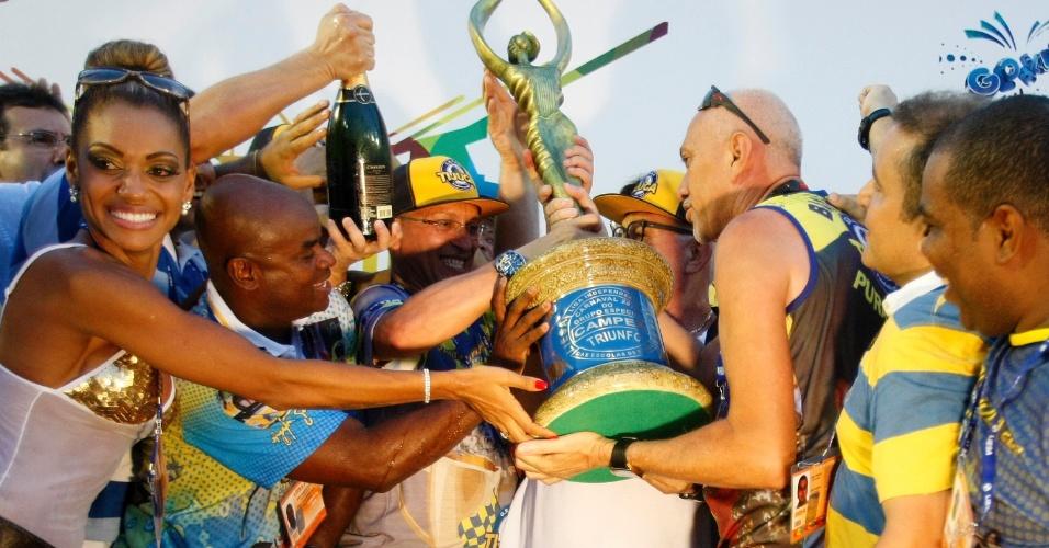 05.mar.2014 - O presidente Fernando Horta da escola de samba Unidos da Tijuca recebe o troféu
