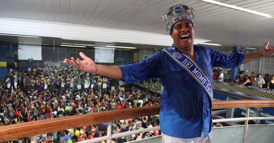 05.mar.2014 - O Rei Momo da Unidos da Tijuca celebra a vitória da escola no Carnaval de 2014 do Rio de Janeiro.