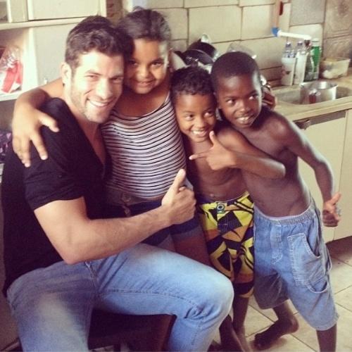 """05.mar.2014 - Roni publica foto com crianças: """"E a alegria esta tomando conta"""", escreve"""