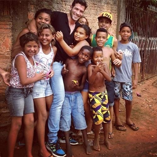 """05.mar.2014 - Roni publica foto rodeado de crianças e escreve: """"A cada abraço de carinho,sei que fiz a coisa certa. Muito feliz,e a cada dia esta alegria cresce mais e mais"""""""