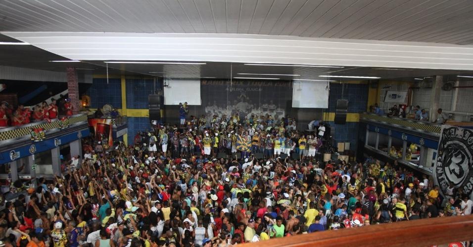 05.mar.2014 - Torcedores celebram o título de campeã na quadra da escola Unidos da Tijuca.
