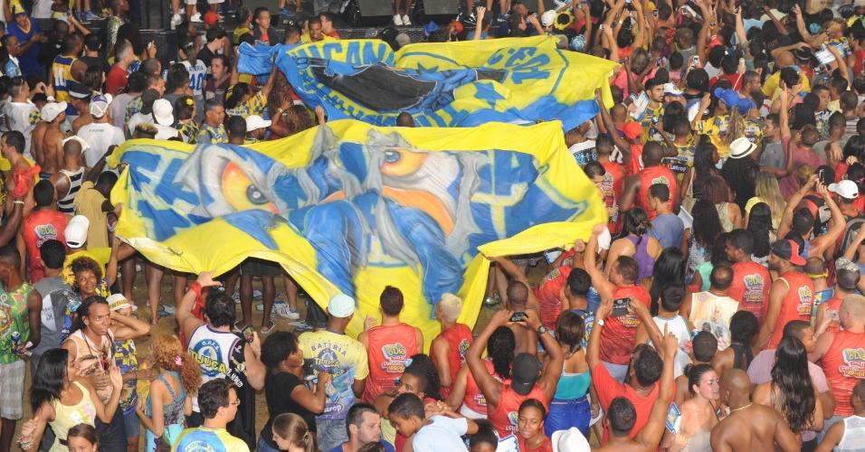 05.mar.2014 - Torcedores celebram o título de campeã na quadra da escola Unidos da Tijuca, no Rio de Janeiro.