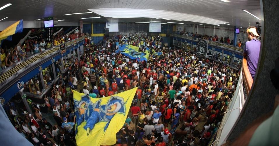"""05.mar.2014 - Torcedores celebram o título de campeã na quadra da escola Unidos da Tijuca, no Rio de Janeiro. O enredo deste ano foi """"Acelera, Tijuca!"""", que lembrou os 20 anos da morte de Ayrton Senna."""