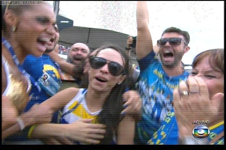 """05.mar.2014 ? A escola de samba Unidos da Tijuca é a campeã do Carnaval do Rio de Janeiro em 2014, tendo apresentado o enredo """"Acelera, Tijuca!"""", que lembrou os 20 anos da morte de Ayrton Senna."""