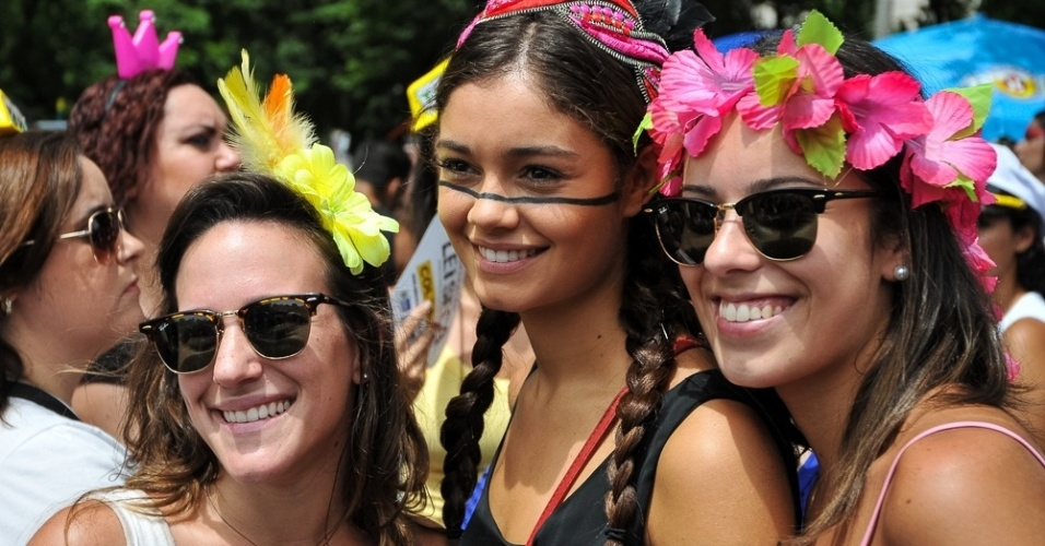 05.mar.2014- Fantasiada de índia, Sophie Charlotte se diverte com as amigas em bloco carioca