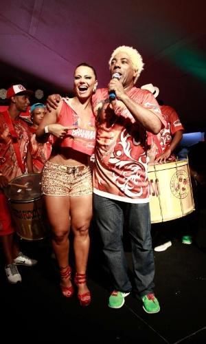 5.jan.2014 - Rainha do Salgueiro, Viviane Araújo samba ao lado do cantor Ivo Meirelles no camarote Brahma, em Salvador