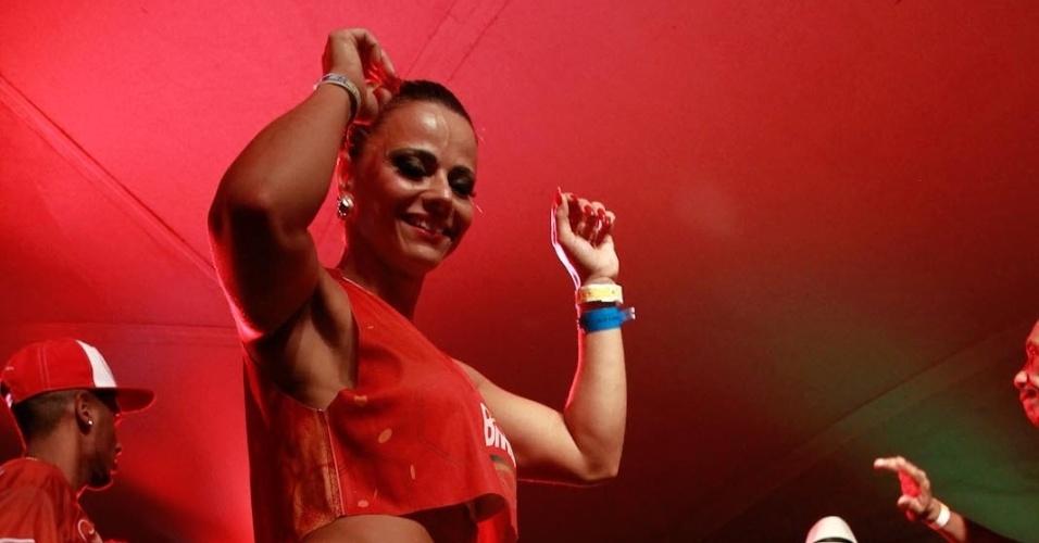 5.jan.2014 - Rainha do Salgueiro, Viviane Araújo samba ao som da bateria da escola no camarote Brahma, em Salvador