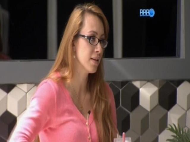5.mar.2014 - Aline acorda e fala pra Valter que Roni faz falta na casa porque organizava a comida dos confinados