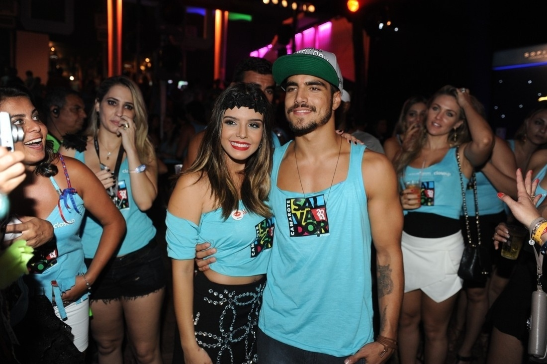 5.mar.2014 - Amigos, os atores Caio Castro e Giovanna Lancellotti posam juntos em camarote de Salvador