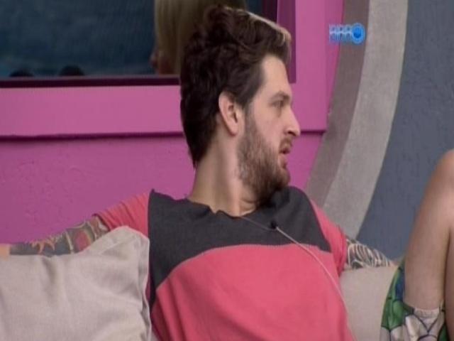 5.mar.2014 - Cássio se insinua para Clara na varanda