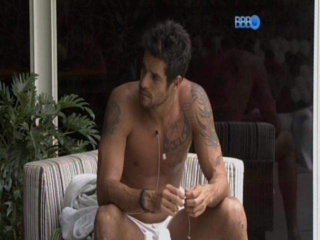 5.mar.2014 - Diego espera a volta de Fran para o programa depois da eliminação da sister no 11º paredão