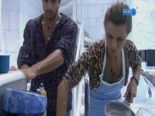 5.mar.2014 - Diego observa Angela lavar a louça.