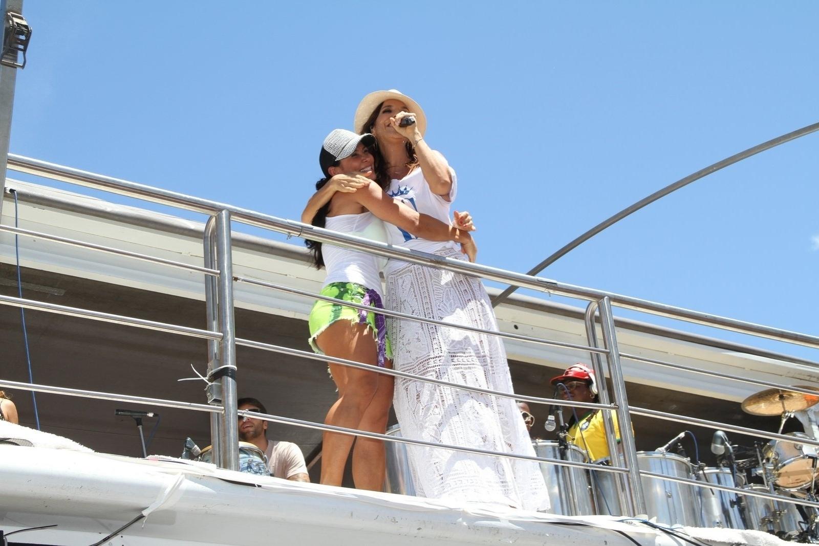 5.mar.2014 - Ivete abraça Scheila Carvalho, uma das convidadas famosas presentes no trio