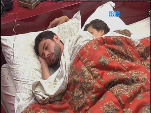 5.mar.2014 - Marcelo e Angela dormem abraçados no quarto da líder