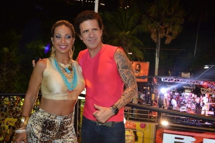 5.mar.2014 - Valesca Popozuda tira foto com o cantor Tuca Fernandes, ex-Jammil, durante show no camarote Skol, em Salvador