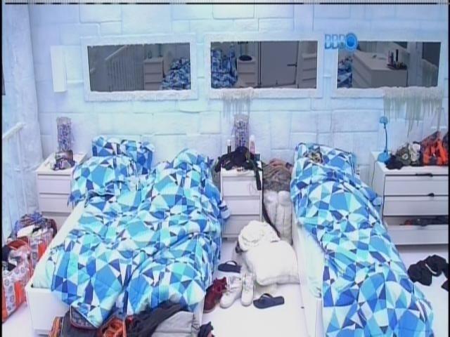 5.mar.2014 - Valter, Cássio e Diego dormem no quarto Sibéria