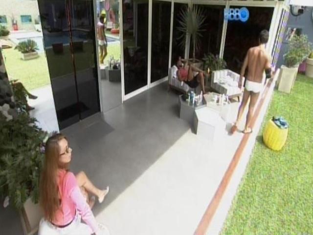 5.mar.2014 - Valter e Aline conversam e Diego volta para a área externa da casa