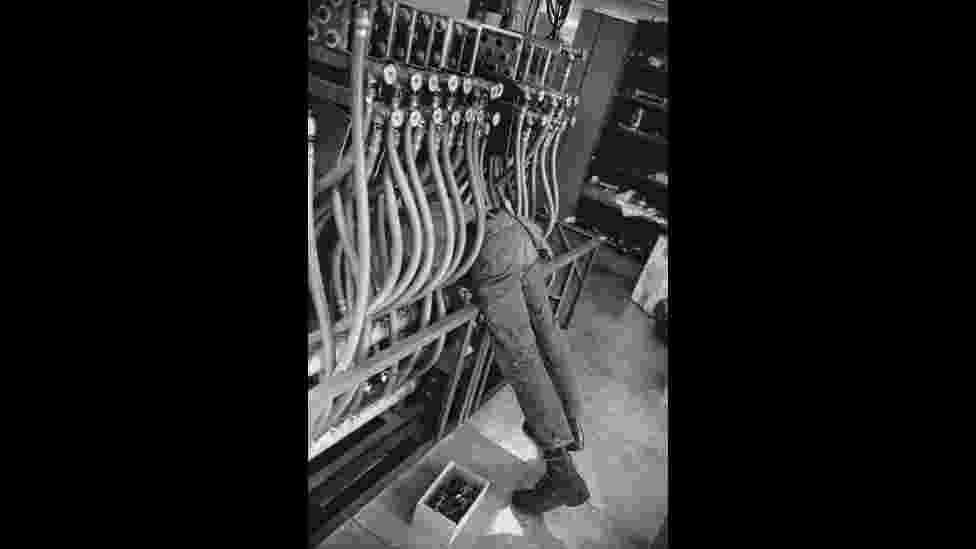 """""""Accelerateur Lineaire"""". Cartier-Bresson retrata operário trabalhando, EUA (1967) - Henri Cartier-Bresson/Magnum Photos/Fondation Henri Cartier-Bresson"""