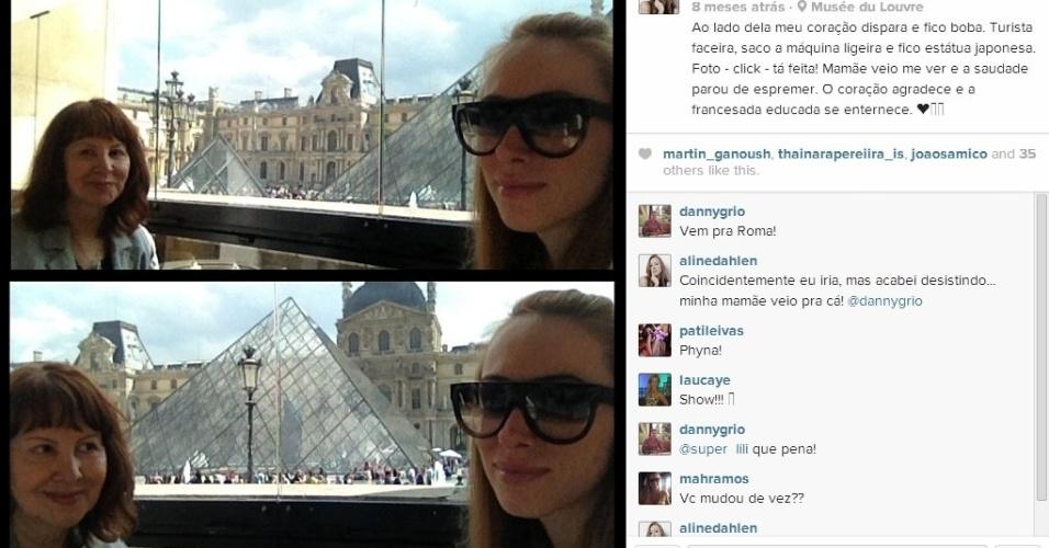Aline posa com a mãe, Maria Ledi Moraes, em viagem a Paris. Ao fundo, o museu do Louvre.