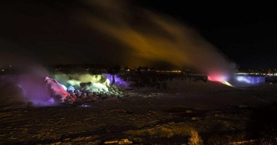 As cataratas Americanas e as cataratas Canadenses (à direita) ganham iluminação colorida à noite. O espetáculo de luzes é realizado todos os dias após o pôr do sol e costuma atrair muitos visitantes