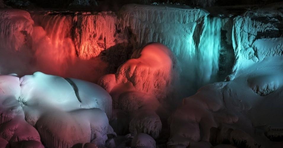 As cataratas do Niágara não resistiram às baixas temperaturas e estão parcialmente congeladas. A atração é composta por três quedas d'água: as Canadenses (ou Horseshoe), as Americanas e as cataratas Bridal Veil