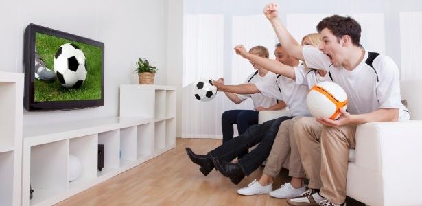 Para compor a sala com conforto, é preciso pensar no design e na posição do sofá, poltronas, TV e frigobar - Getty Images