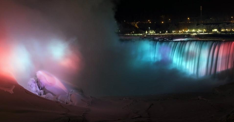 Parcialmente congeladas, as Cataratas Canadenses (ou Cataratas Horseshoe), ganham iluminação colorida. Essa é uma das três cataratas que formam as Cataratas do Niágara, na divisa entre o Canadá e os Estados Unidos