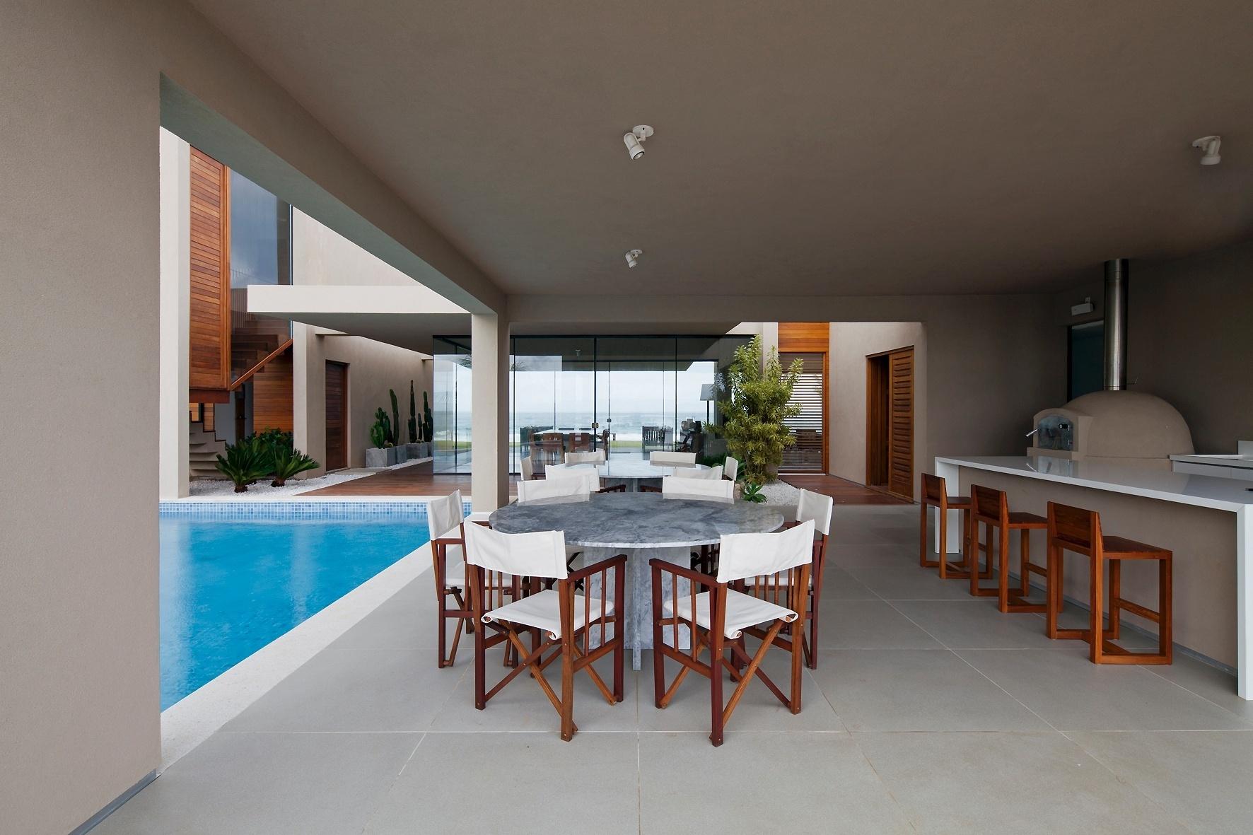 A varanda e o espaço gourmet têm cobertura e estão voltados para a piscina. De qualquer dos dois ambientes é possível avistar o mar ou uma lagoa. A Casa da Praia dos Lagos tem projeto do escritório Sotero Arquitetos