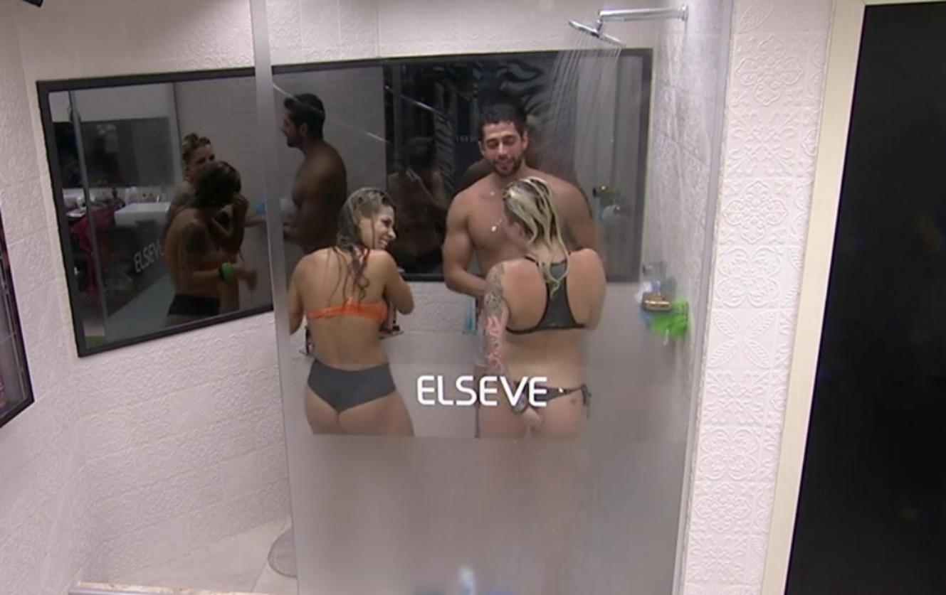 06.mar.2014 - Em banho sensual, Marcelo pede à Clara e Vanessa: