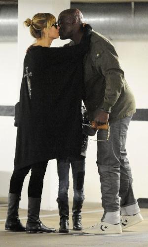 06.mar.2014- 06.mar.2014- Separados desde 2012, Heidi Klum e Seal foram flagrados deixando uma casa de leilões em Beverly Hills dando abraços e beijos. Em seguida, cada um seguiu seu rumo mas tudo indica que eles podem estar ensaiando uma volta