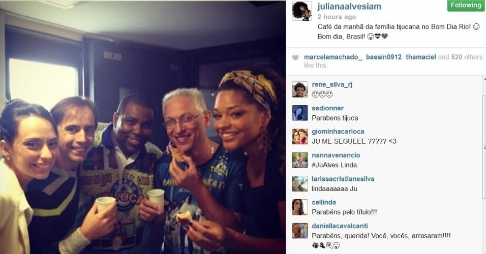06.mar.2014- A atriz Juliana Alves, rainha de bateria da Unidos da Tijuca, campeã do Carnaval do Rio em 2014, toma café da manhã com membros da escola nos bastidores do telejornal