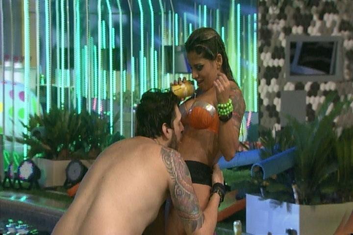 6.mar.2014 - Cássio bebe cerveja derramada por Vanessa em sua própria barriga