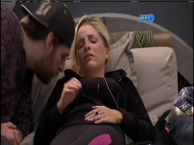 6.mar.2014 - Cássio beija o peito de Clara