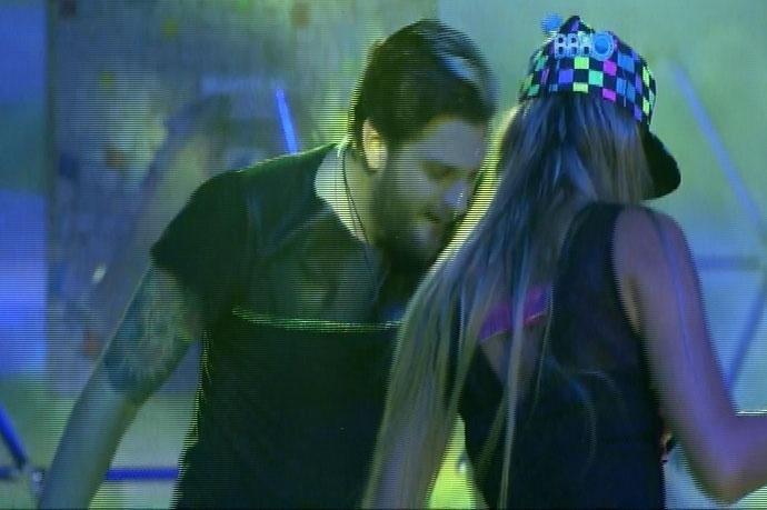 6.mar.2014 - Cássio faz parceria com Tatiele e os dois dançam juntos durante Festa Fusion, na madrugada desta quinta-feira